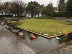 美術館入口の水路とエントランスホールの展示風景です(八色の森の美術展+八色の森の子ども絵画展)10月12日