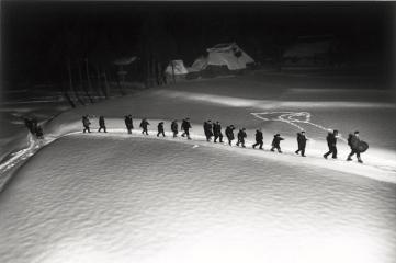 濱谷 浩『歌ってゆく鳥追い 新潟』1940年〈雪国〉より