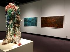 【作品紹介−6】八色の森の美術展+子ども絵画展(1階展示室風景)