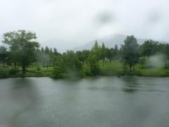 雨に霞む八海山。