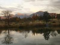 八海山と駒ヶ岳が一瞬、夕日に染まっていました。