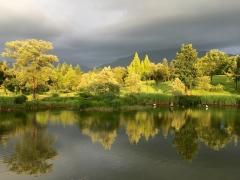 水無川上流に黒い雲が見えます。