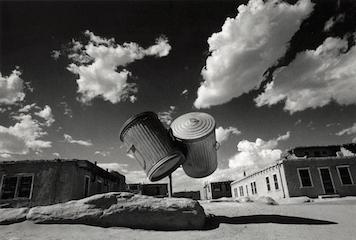 奈良原一高『アメリカ・インディアン村の二つのゴミ缶』1972年〈消滅した時間〉より (富士フイルム株式会社蔵)