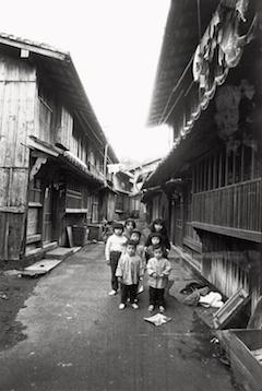 北井一夫『長崎・平戸』〈村へ〉より (富士フイルム株式会社蔵)